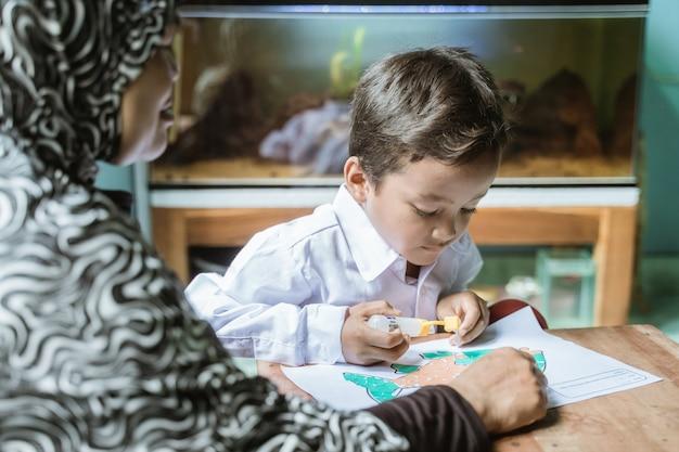Madre ayuda a su hijo a hacer la tarea