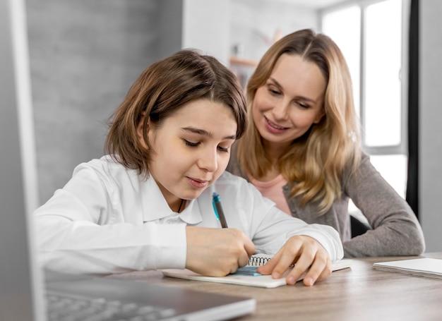 Madre ayudando a su hija a estudiar