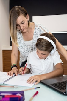 Madre ayudando a su hijo a terminar la tarea