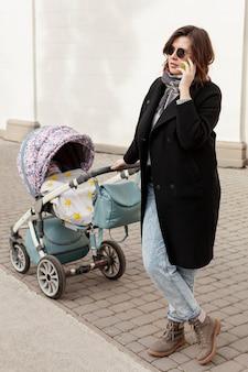 Madre con bebé al aire libre