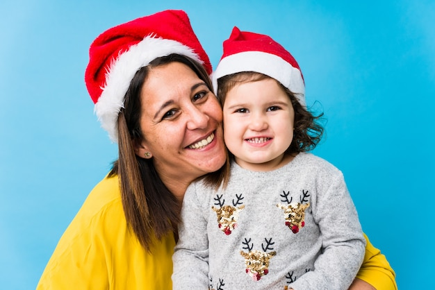 Madre y bebé disfrutando el día de navidad