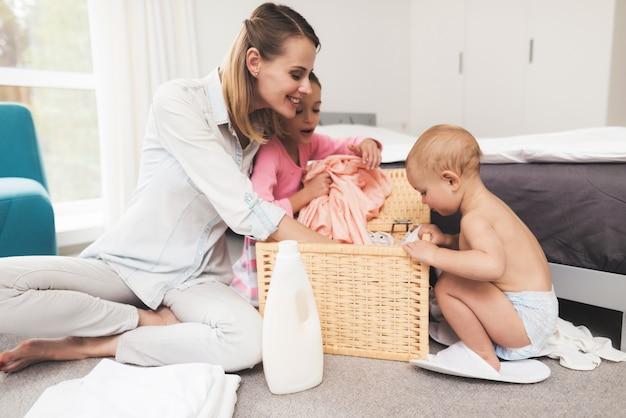 Madre con bebé en la habitación juntos.