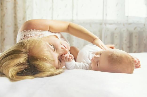 Madre, con, bebé, mentira en cama