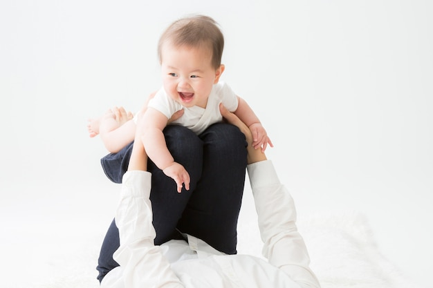Madre y el bebé que juegan