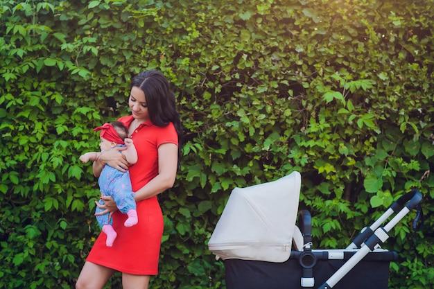 Madre caminando con cochecito de bebé, carruaje en la ciudad. concepto de amor y familia.