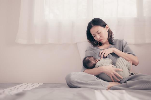 Madre cansada que sufre de depresión posnatal. atención médica maternidad soltera maternidad estresante.