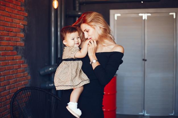 Madre cariñosa con su hija.