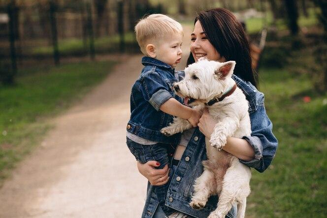 Madre con hijo y perro