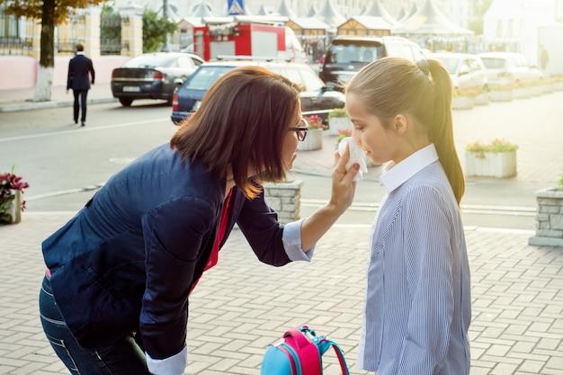 Madre consolando a su hija llorando