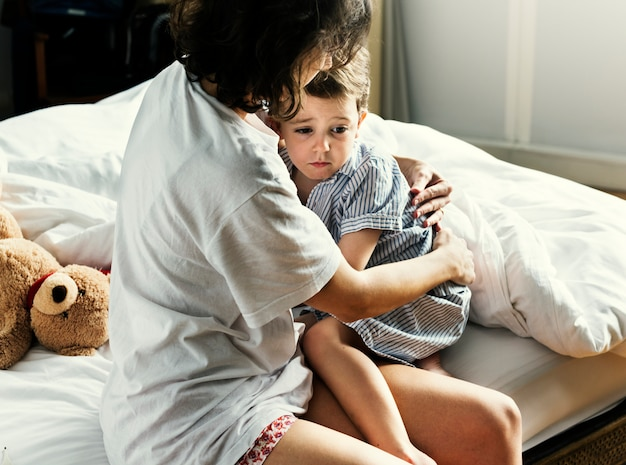 Madre consuela a su hijo de una pesadilla.