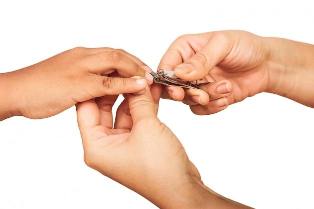 Madre cortando las uñas de su hijo.