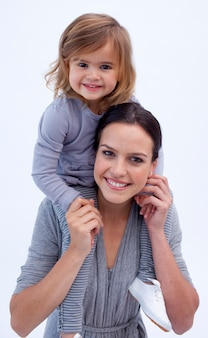 Madre dando a su hija a cuestas