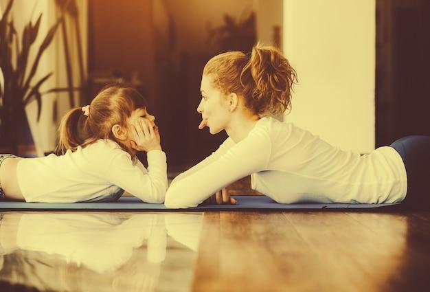 Madre divertida jugando con su hija