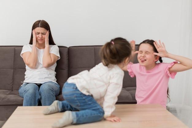 Madre con dolor de cabeza en el sofá
