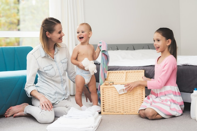 Una madre con dos hijos se divierte juntos.