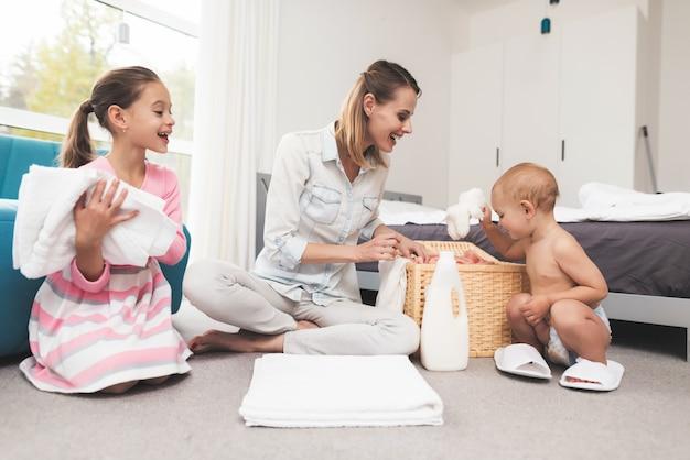 Una madre de dos hijos se divierte durante la limpieza de la casa.