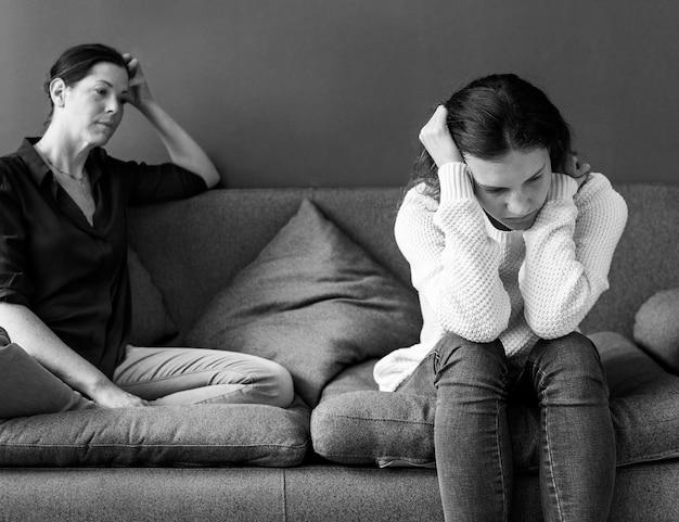 Madre e hija adolescente con una argumentación
