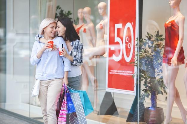 Madre e hija adulta haciendo compras juntos. mamá adulta media y su hija en el centro comercial.