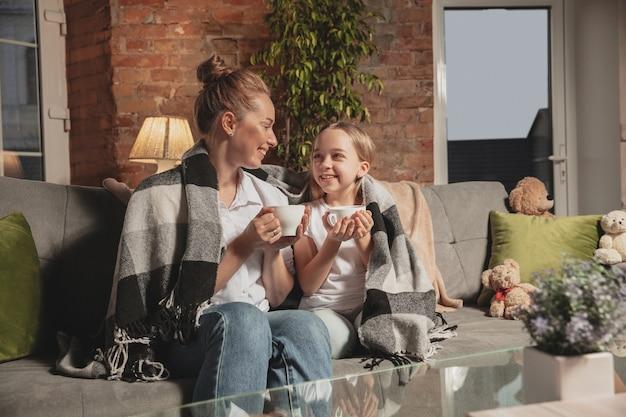 Madre e hija durante el autoaislamiento en casa mientras están en cuarentena