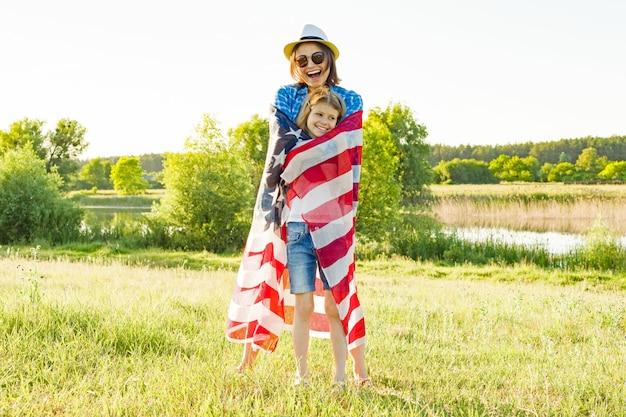 Madre e hija con bandera americana