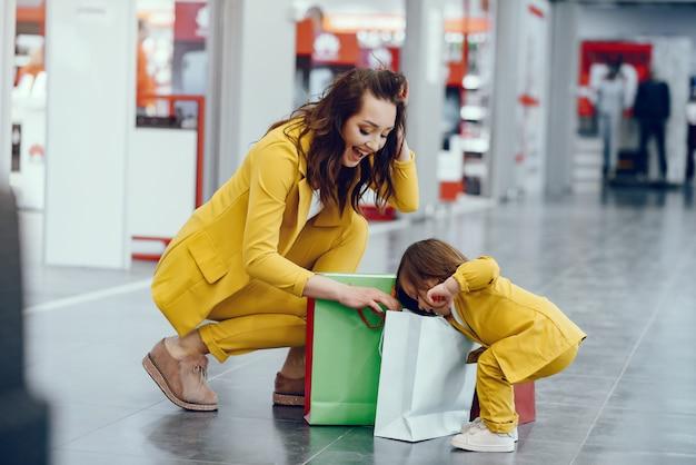 Madre e hija con bolsa de compras