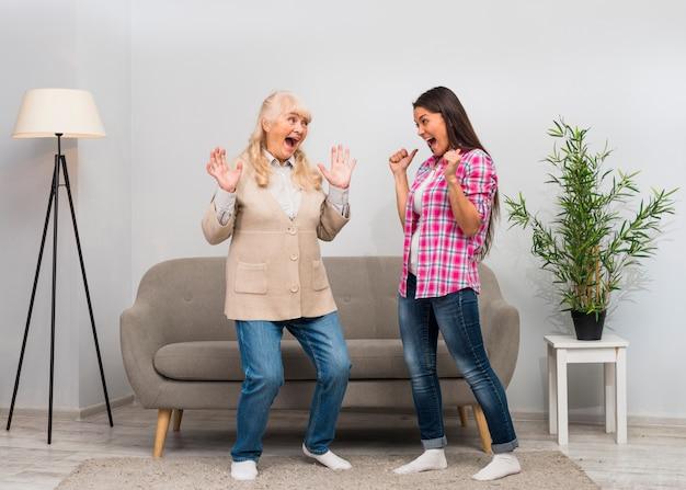 Madre e hija burlando juntas en la sala de estar