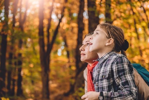 Madre e hija caminando en un bosque