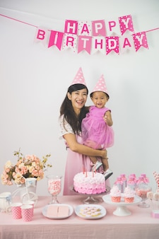 Madre e hija celebrando cumpleaños