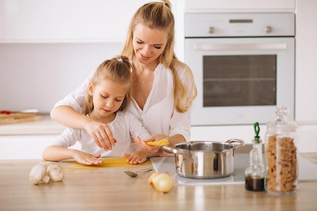 Madre e hija cocinar pasta