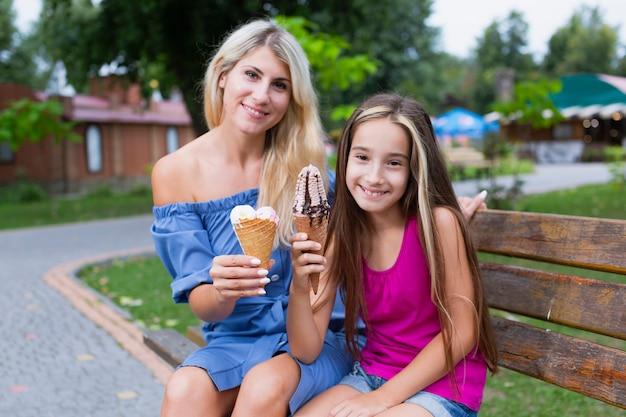 Madre e hija comiendo helado