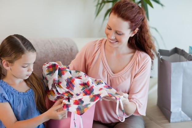 Madre e hija con compras en el sofá