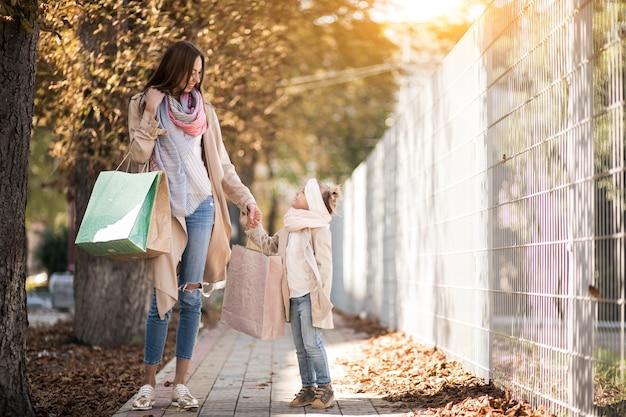 Madre e hija de compras