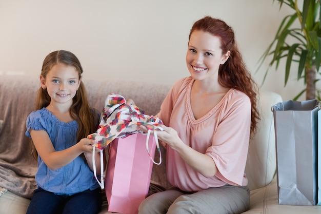 Madre e hija con compras