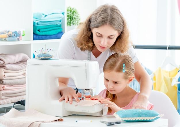 Madre e hija cosiendo