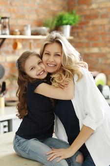 Madre e hija dándose un fuerte abrazo