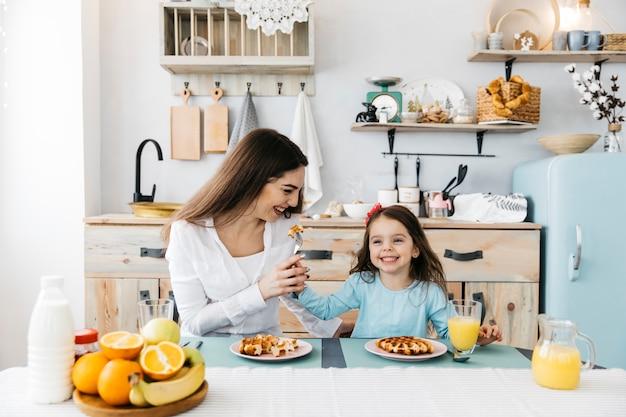 Madre e hija desayunando