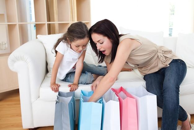 Madre e hija desempacar bolsas de compras