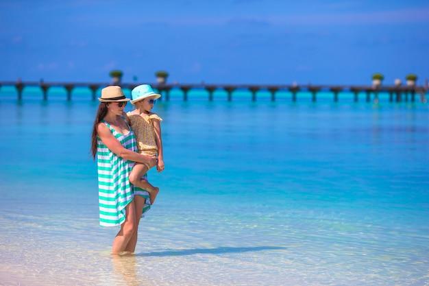 Madre e hija disfrutando en la playa tropical