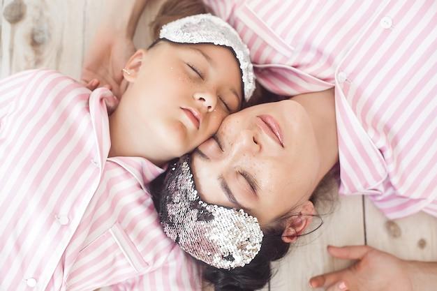 Madre e hija se divierten en casa. chicas en el interior.