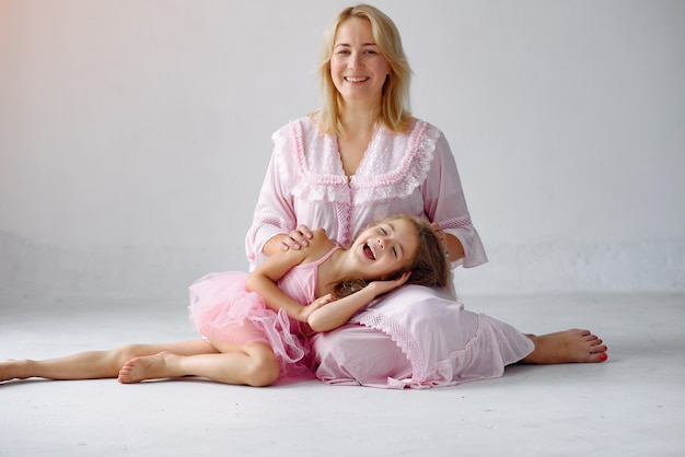 Madre e hija se divierten en casa