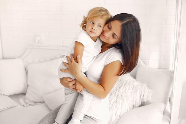 Madre e hija divirtiéndose en casa