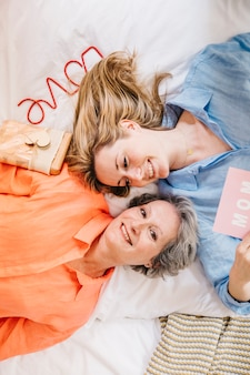 Madre e hija en cama