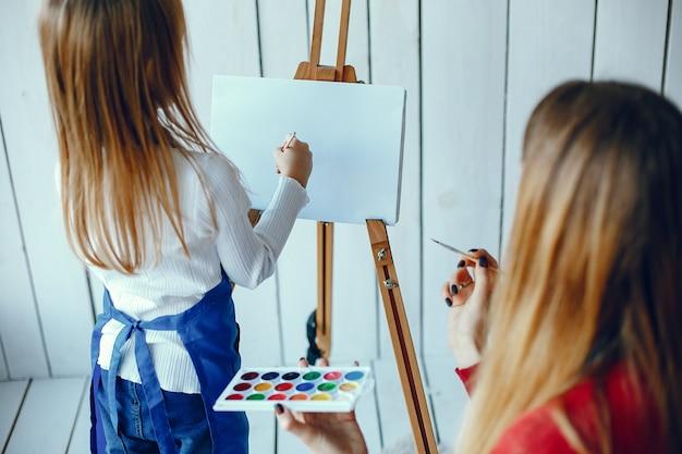 Madre e hija están dibujando
