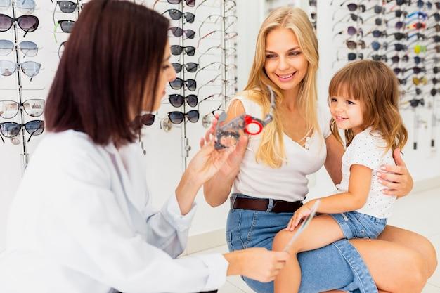 Madre e hija en el examen de la vista