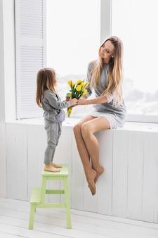 Madre e hija con flores