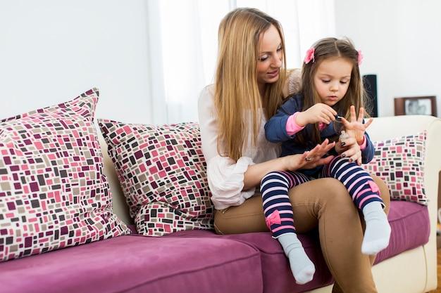Madre e hija en la habitación