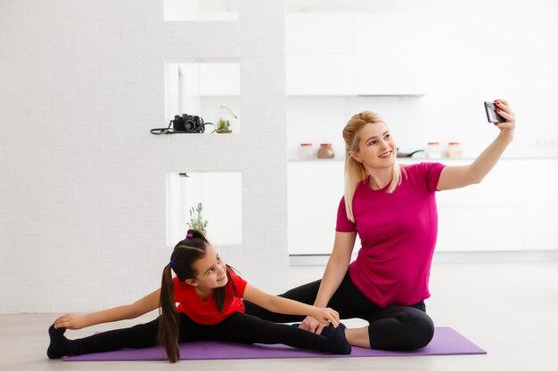 Madre e hija haciendo deporte en casa