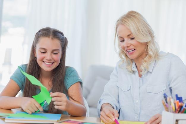 Madre e hija haciendo manualidades juntos