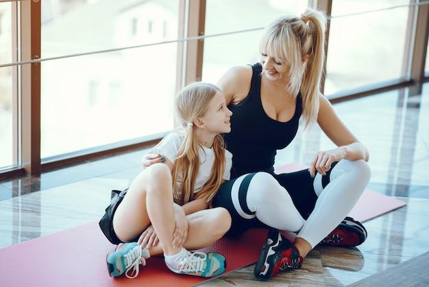 Madre e hija haciendo yoga en un estudio de yoga
