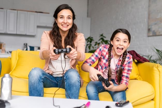 Madre e hija jugando videojuegos